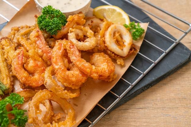Frutos do mar fritos (camarões e lulas) com mistura de vegetais, estilo de comida não saudável