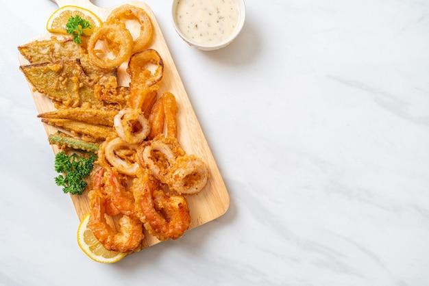 Frutos do mar fritos com mistura de vegetais