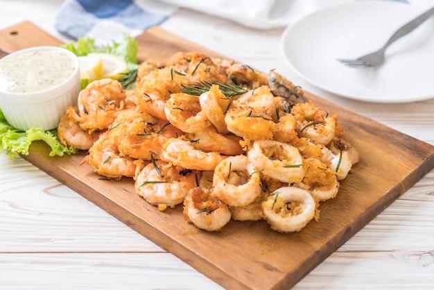 Frutos do mar fritos (lulas, camarões, mexilhões) com molho