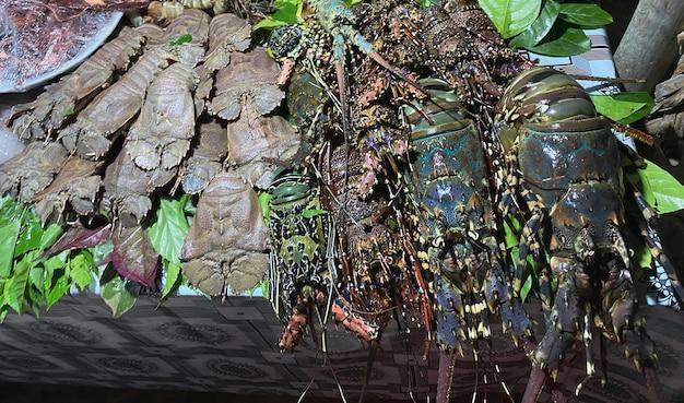 Frutos do mar, incluindo todos os tipos de lagostas, lulas e outros, estão na mesa de um restaurante em uma cidade turística na áfrica. conceito de viagens.