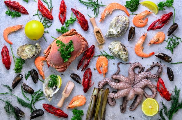 Frutos do mar - mexilhões frescos, moluscos, ostras, polvo, conchas de barbear, camarões, caranguejo, lagosta, lagostas, algas, limão, especiarias.