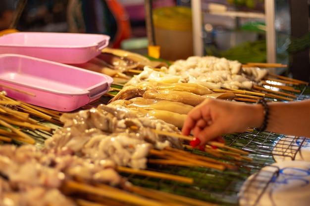 Frutos do mar no espeto para grelhar no mercado noturno