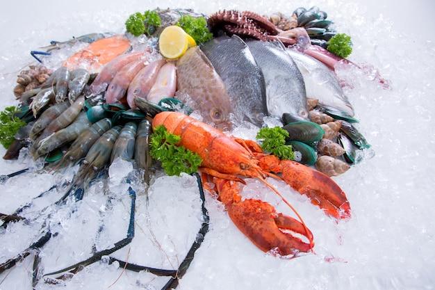 Frutos do mar no gelo no mercado de peixes. Foto Premium