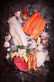 Frutos do mar no gelo, vista superior sobre o fundo de pedra marrom
