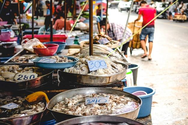Frutos do mar no mercado da tailândia, como camarão