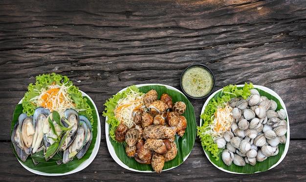 Frutos do mar no prato e prontos para servir na mesa de madeira