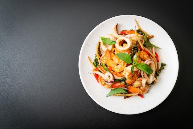 Frutos do mar picantes fritos (pad cha talay) - estilo de comida tailandesa