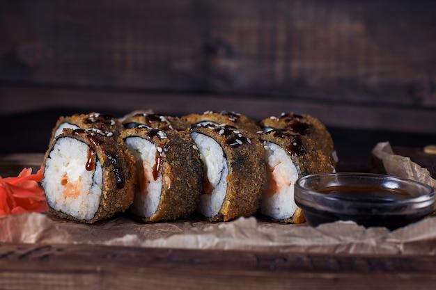 Frutos do mar rolam em uma bandeja de madeira, bela porção, fundo escuro.