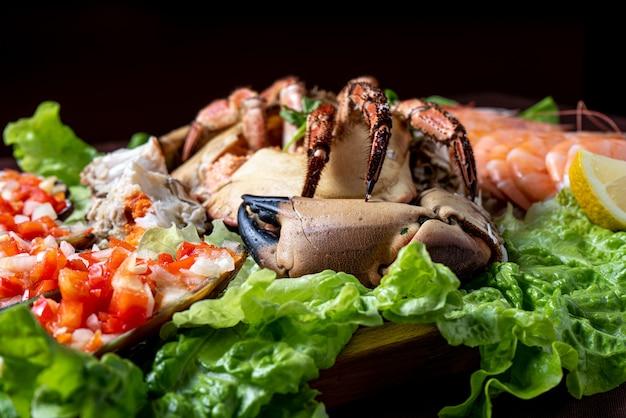 Frutos do mar servidos com salada - foco seletivo