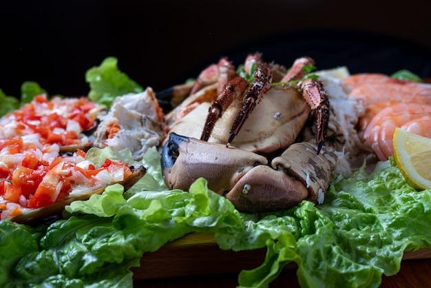 Frutos do mar servidos com salada - foco seletivo Foto Premium
