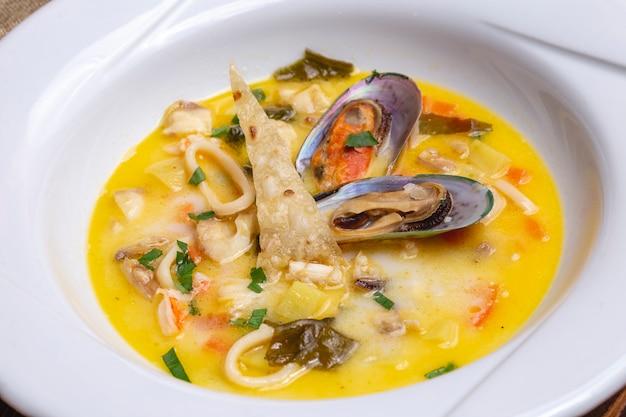 Frutos do mar sopa mexilhões calamary batata de caranguejo verdes vista lateral
