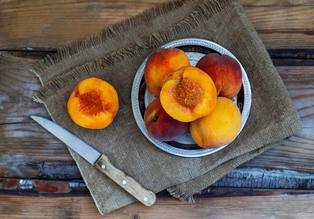 Frutos frescos de pêssegos na vista superior, rústica