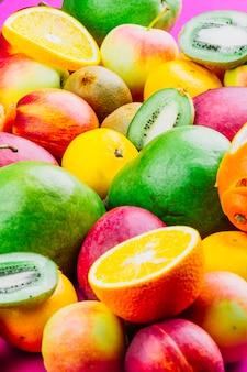 Frutos inteiros e fatias coloridas misturadas
