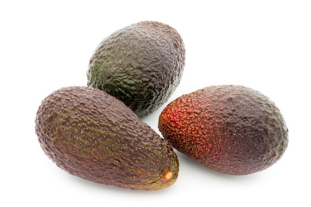 Frutos maduros de abacate isolados