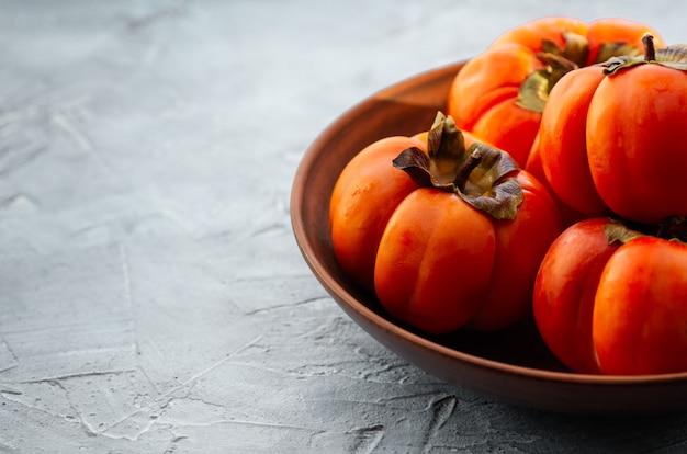 Frutos maduros de caqui laranja