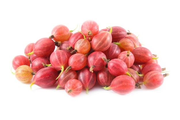 Frutos maduros de close-up de groselhas vermelhas na superfície branca