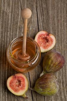 Frutos maduros de figo com mel