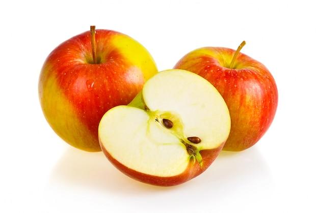 Frutos maduros de maçã vermelha isolados no branco