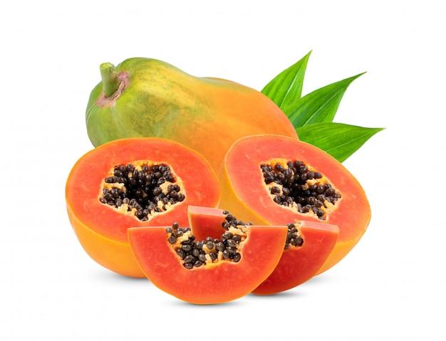 Frutos maduros de mamão com sementes e folhas