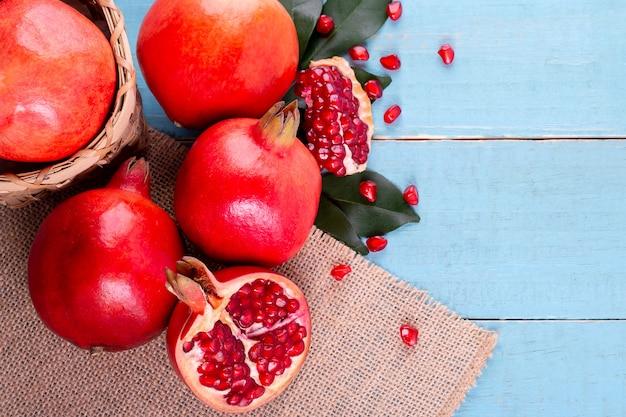 Frutos maduros de romã na madeira