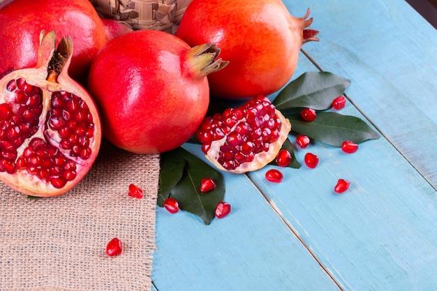 Frutos maduros de romã no fundo de madeira