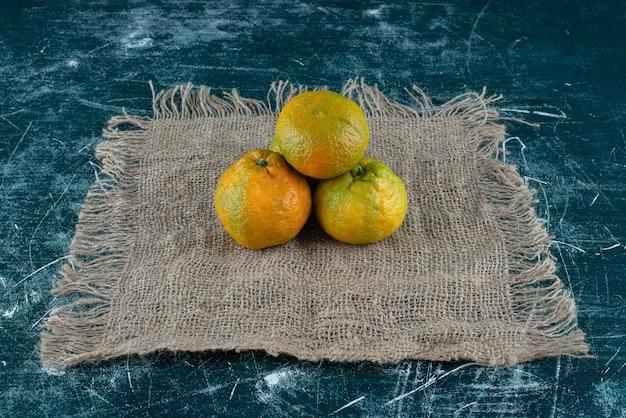 Frutos maduros de tangerina na mesa de mármore.