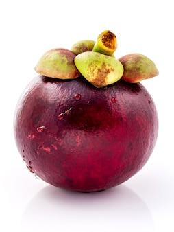 Frutos maduros do mangustão isolados no fundo branco.