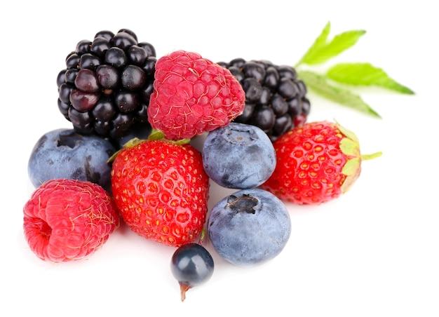 Frutos maduros, doces e diferentes, isolados no branco
