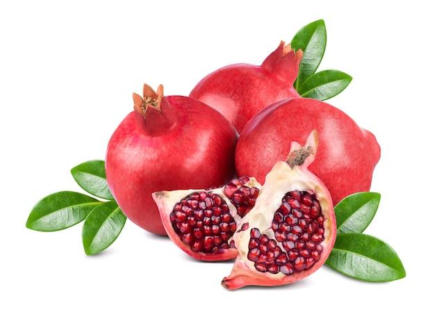 Frutos maduros e doces de romã e fatias de romã