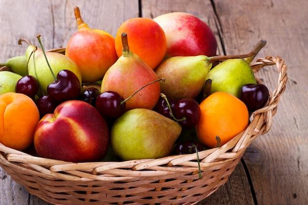Frutos maduros em uma cesta de vime