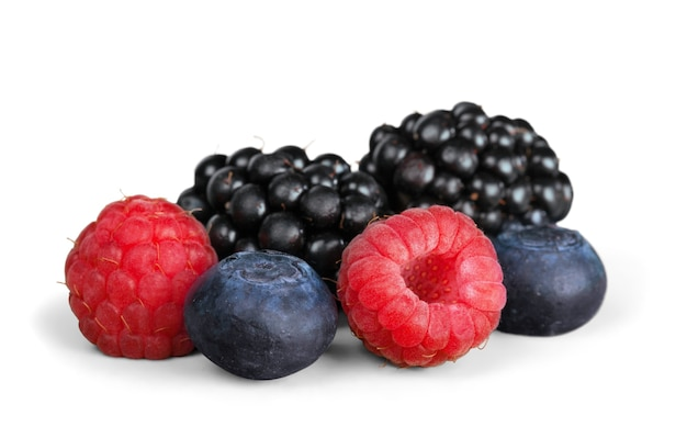 Frutos maduros frescos em fundo branco