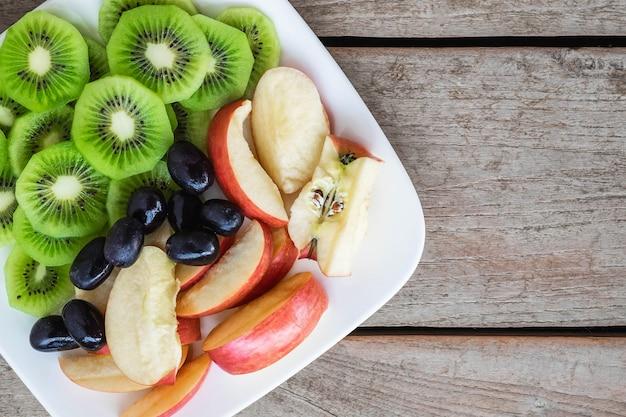 Frutos misturados com maçãs e kiwi e uvas saudáveis
