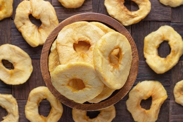 Frutos secos, anéis de maçãs na tigela de madeira, vista superior.