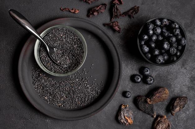 Frutos secos com sementes e mirtilos vista superior
