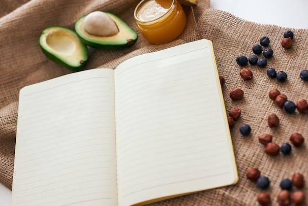 Frutos secos de abacate e mel, estamos prontos para escrever uma nova receita saudável