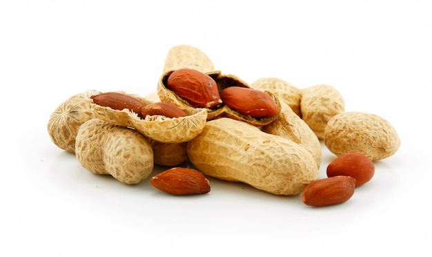 Frutos secos de amendoim maduros isolados no branco