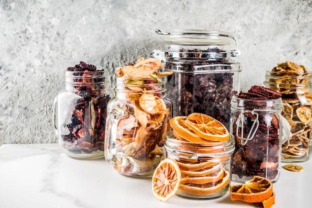Frutos secos e bagas em frascos de vidro