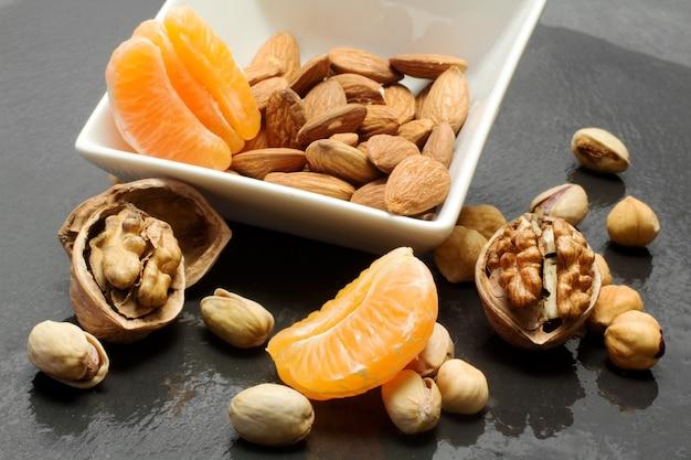 Frutos secos e fatias de clementina