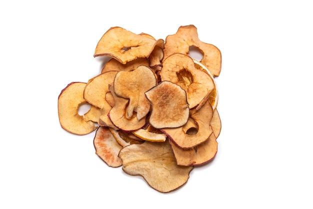 Frutos secos isolados na superfície branca. toranja seca, maçã seca, fatias de pêra secas.