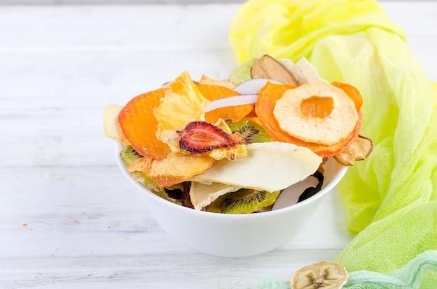 Frutos secos no prato branco de madeira