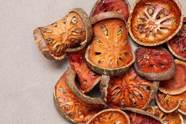 Frutos secos ou de bael secos