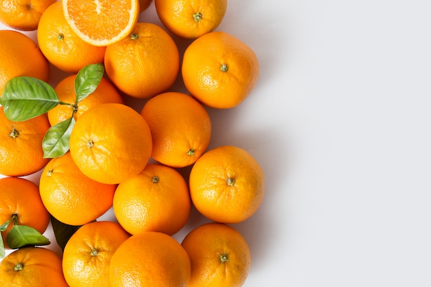 Frutos suculentos maduros de laranja brilhantes com folhas