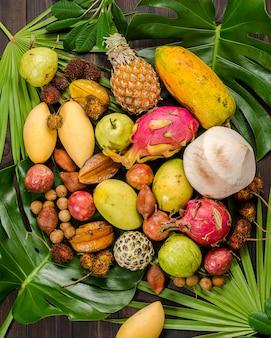 Frutos tropicais tailandeses assorted em um fundo rústico de madeira escuro.
