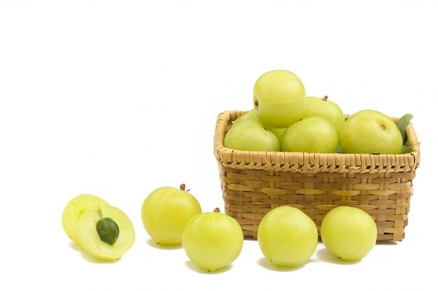 Frutos verdes amla, phyllanthus emblica isolado