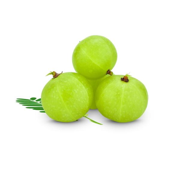 Frutos verdes de amla, phyllanthus emblica isolados.