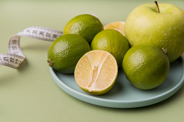 Frutos verdes de close-up no prato
