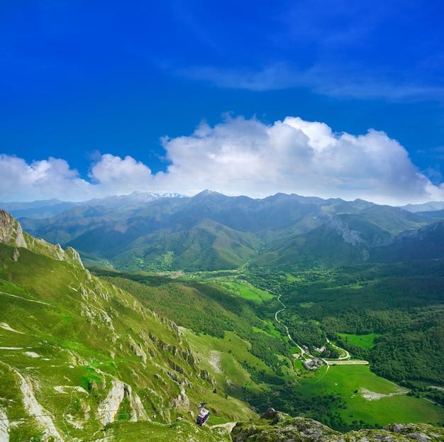 Fuente de montanhas na cantábria espanha