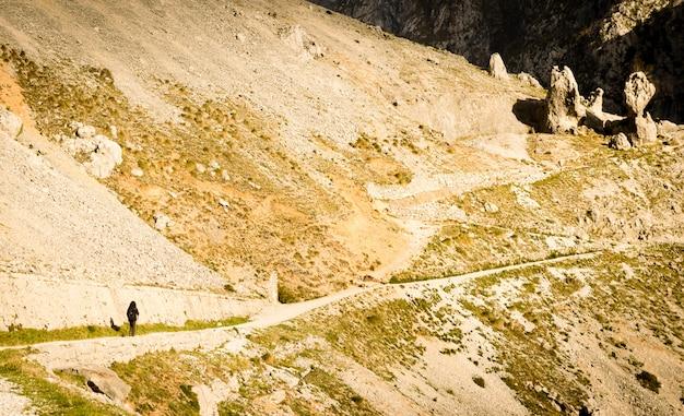 Fuga de caminhada ao longo do desfiladeiro famoso do rio dos cares, dos picos de europa, das astúrias e do leon.