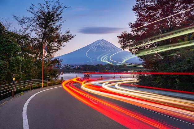Fugas do sinal a fujisan no lago kawaguchiko, japão.