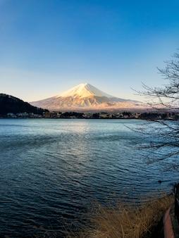 Fuji montanha de manhã com reflexão sobre o lago azul